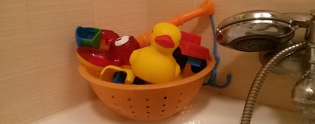 Jak elegantně uklidit hračky z vany