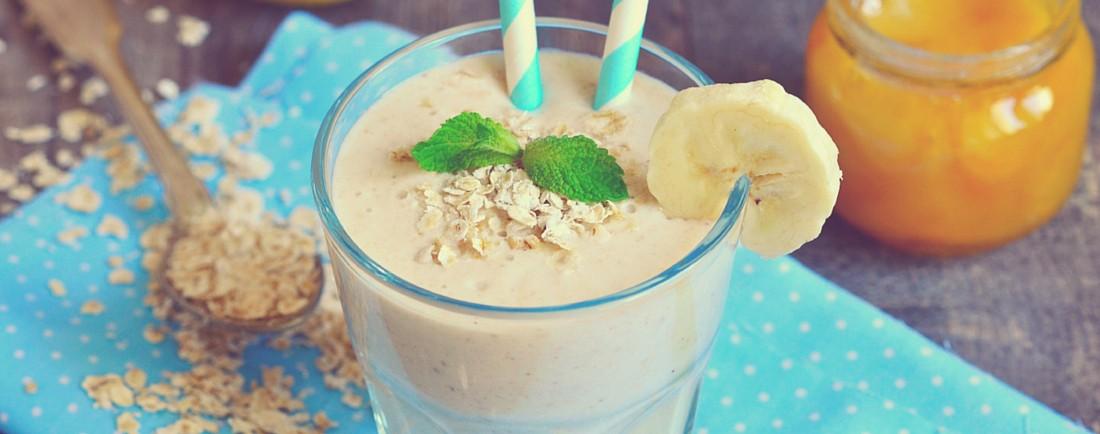 Vydatný snídaňový koktejl z banánů a ovesných vloček