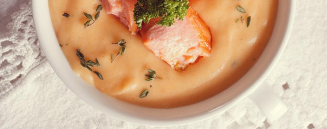 Bramborovo-mrkvová kaše s lososem a cibulkou, ozdobená pažitkou
