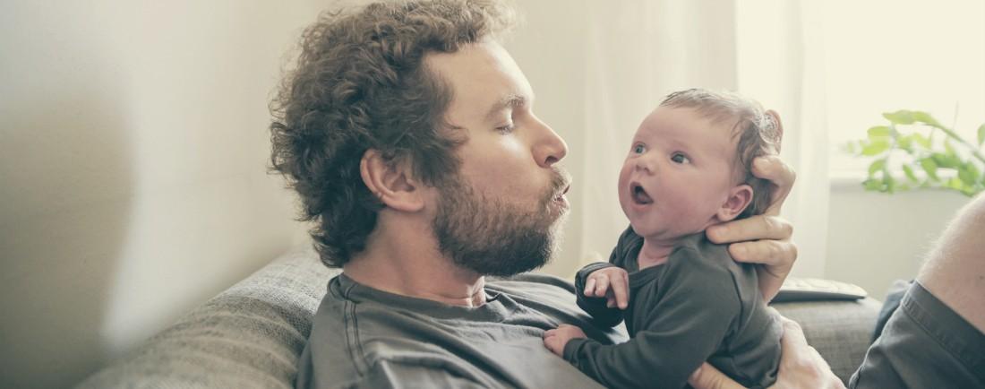 Jak správně zvedat a nosit miminko